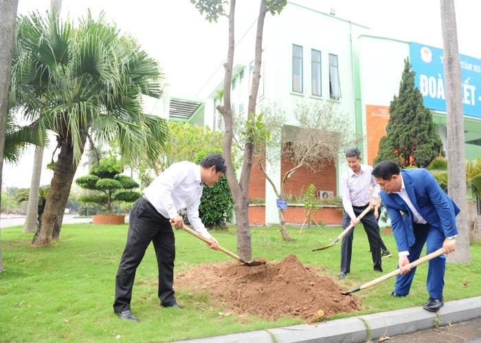 Thứ trưởng Hoàng Đạo Cương đã cùng đoàn công tác, lãnh đạo Trung tâm trồng cây lưu niệm nhằm khuyến khích, phát động xây dựng môi trường tập luyện xanh, sạch.