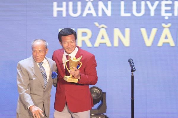 Lão tướng Bùi Lương trao Cúp chiến thắng cho HLV Bùi Văn Sỹ (Ảnh: Bùi Lượng)