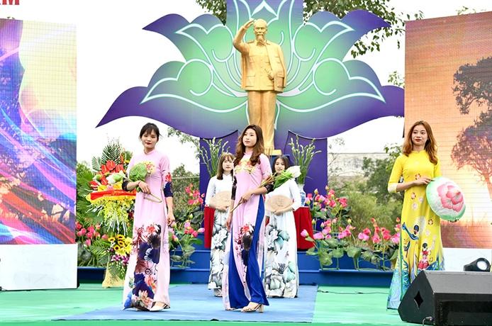 Các VĐV dịu dàng trong tà áo dài Việt Nam